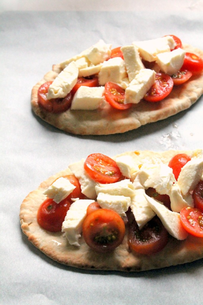 This is a simple pita pizza which can be put together in 15 minutes, and that includes making the chive pesto from scratch! A great #vegetarian lunch or snack.